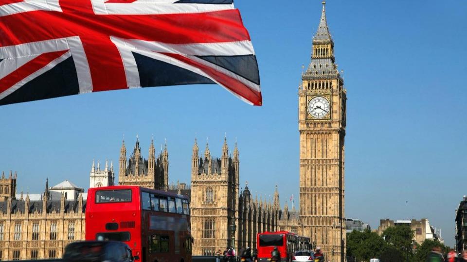 İngiltere'de ülke dışına çıkan vatandaşlar, neden ayrıldıklarını açıklamak zorunda