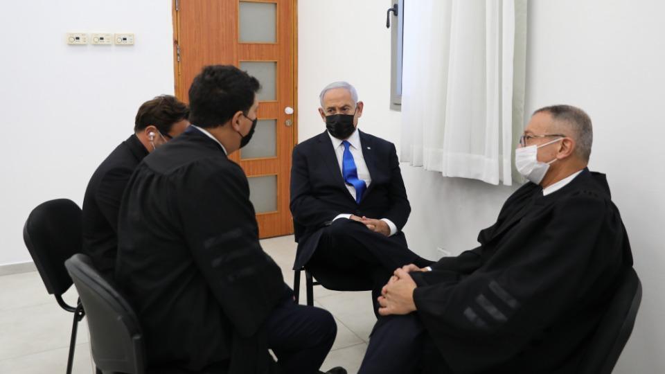 Netanyahu hakkında açılan 3 ayrı yolsuzluk davası kapsamında hakim karşısına çıktı