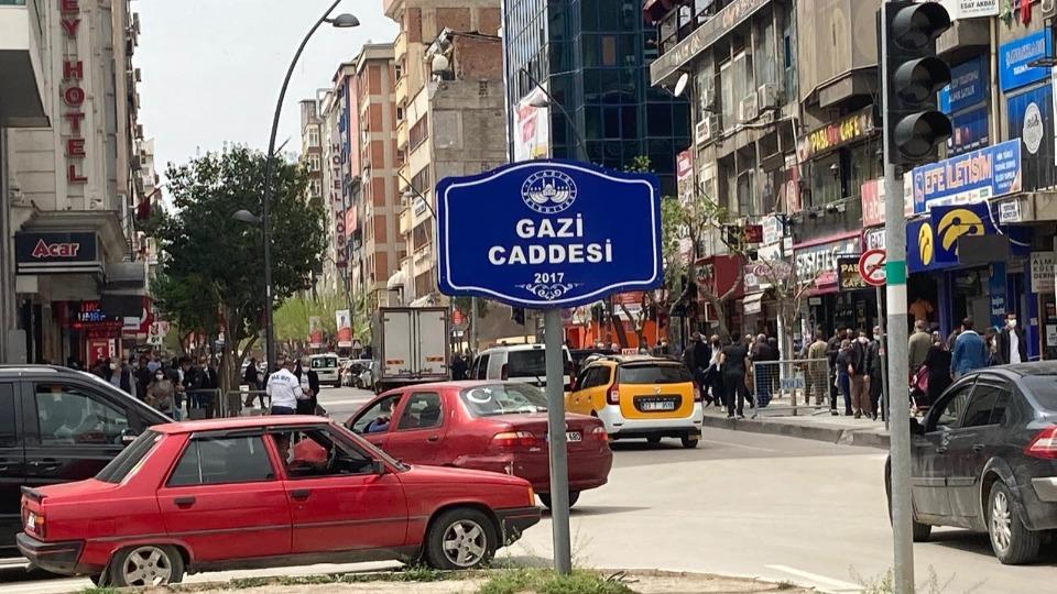 Elazığ Valiliği Covid-19 tedbirleri kapsamında 3 işlek caddeyi trafiğe kapattı