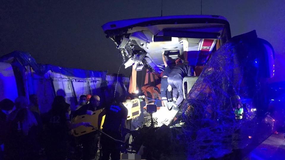 Manisa'da feci trafik kazası: 9 kişi öldü, 30 kişi yaralandı